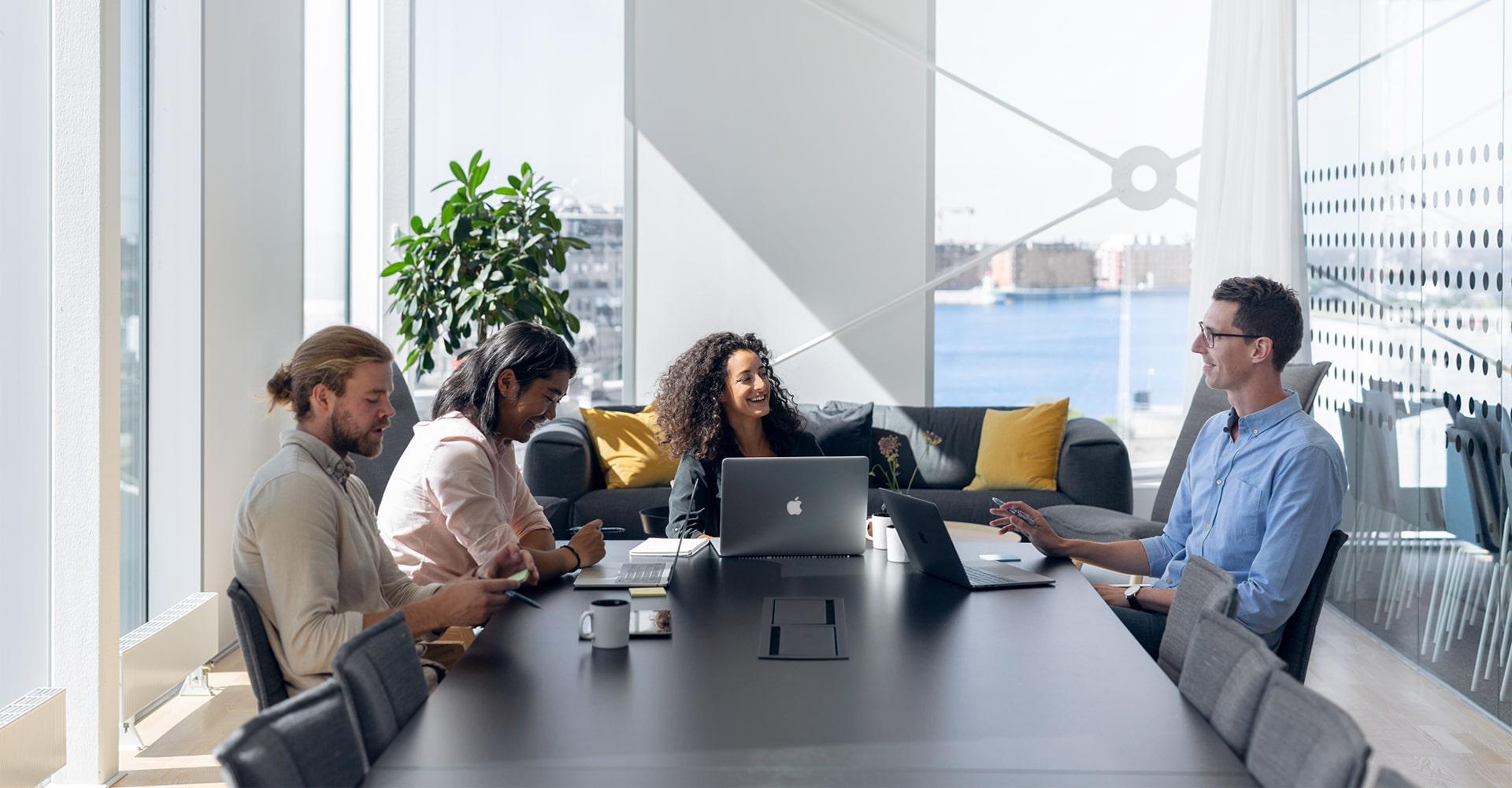 Team-möte i ett ljust mötesrum