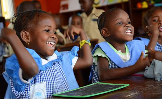 Flickor SOS i Barnbyar