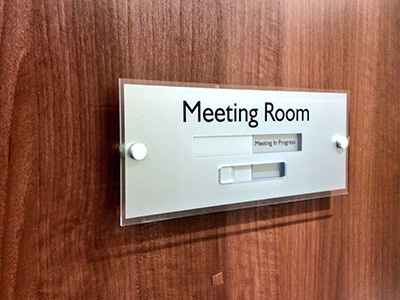 Manual meeting room door sign