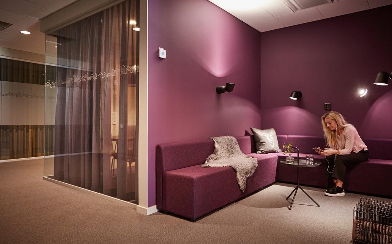 Lila loungeområde på HSB Götas kontor