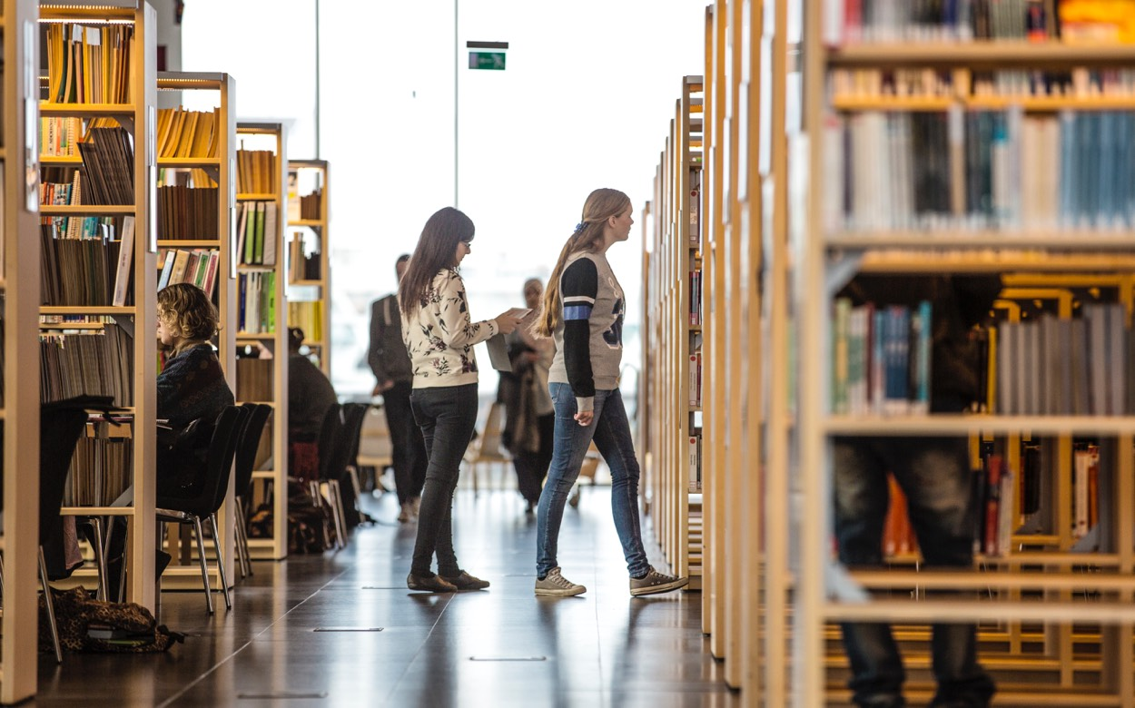 Studenter i biblioteket på Malmö universitet